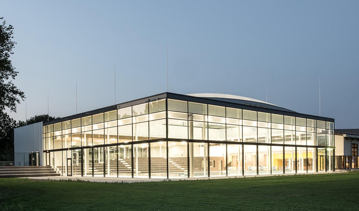 Glasfassade  Das Fächerbad in Karlsruhe. Transparenz durch die weltweit längste ...